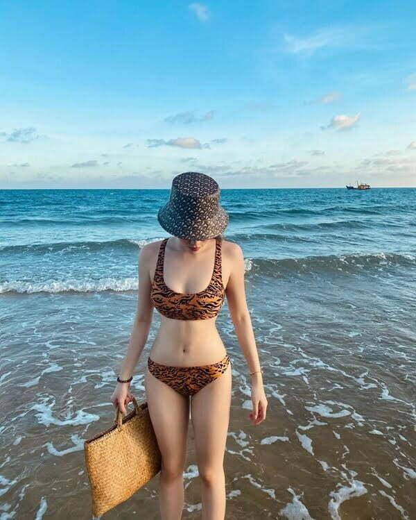 phối đồ bơi với mũ bucket nữ