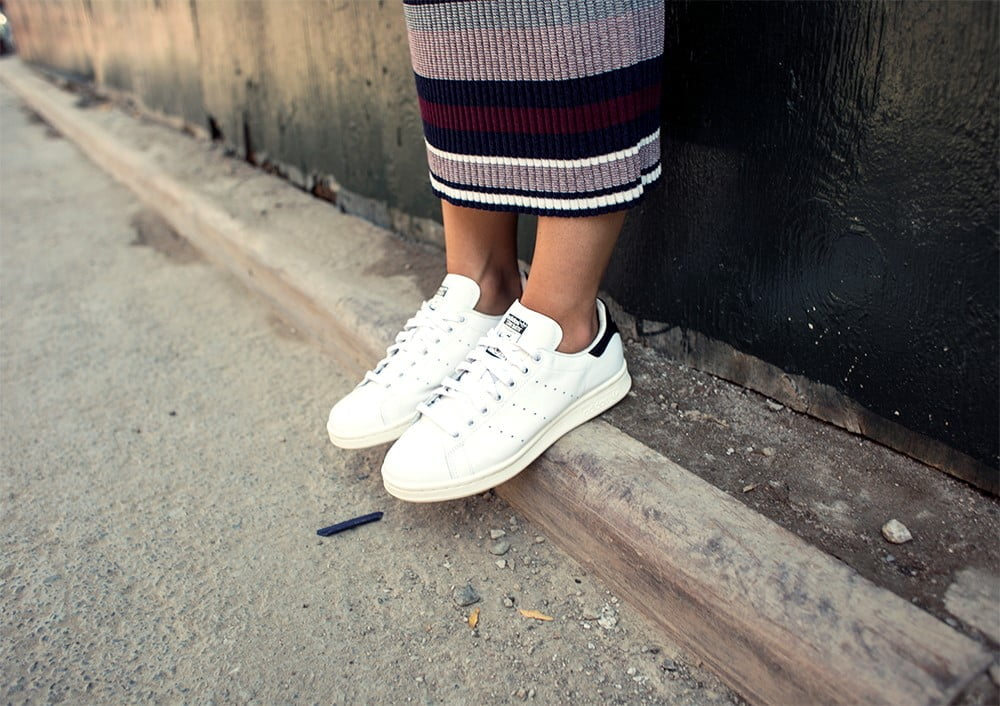 phối đồ với giày thể thao trắng